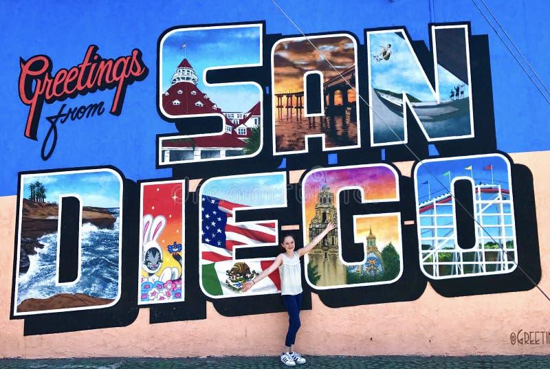 Junges Mädchen vor San Diego Wall Mural lizenzfreie stockfotos