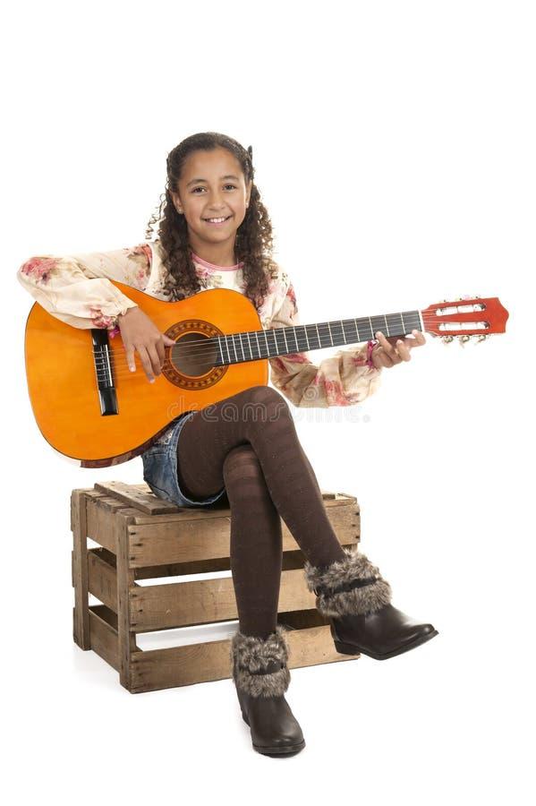 Junges Mädchen, welches die Gitarre spielt lizenzfreies stockbild