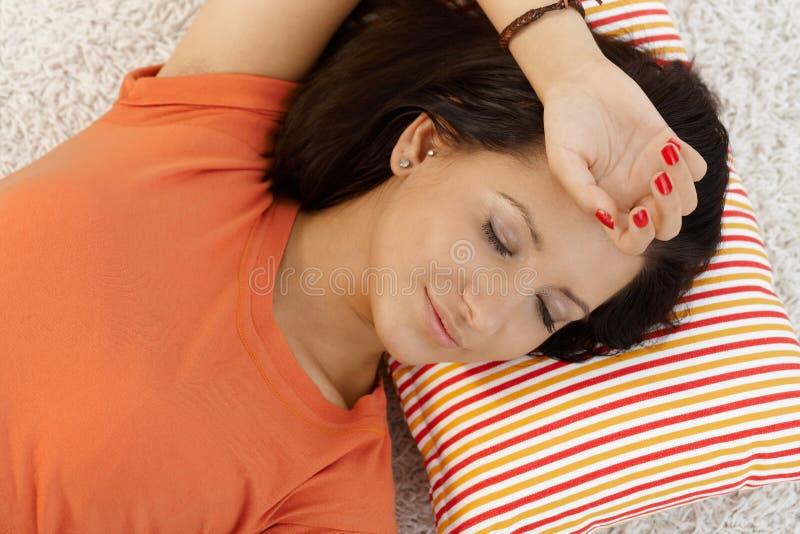Junges Mädchen, welches zu Hause das Schlafen stillsteht stockfoto