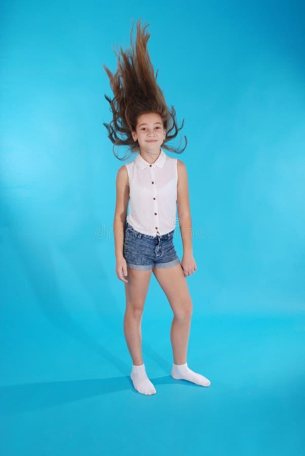 Junges Mädchen wirft oben ihr Haar lizenzfreie stockfotografie