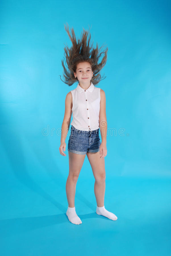 Junges Mädchen wirft oben ihr Haar stockbild