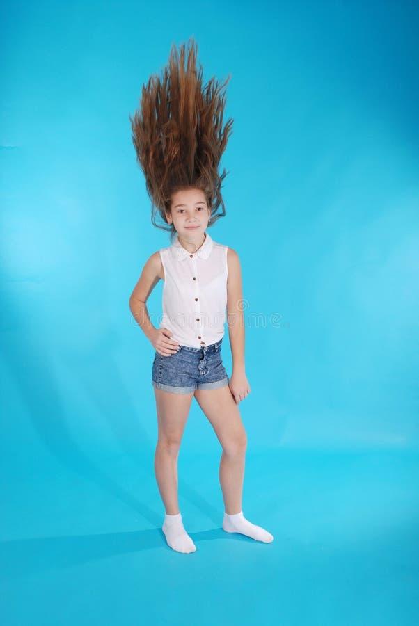 Junges Mädchen wirft oben ihr Haar stockfoto