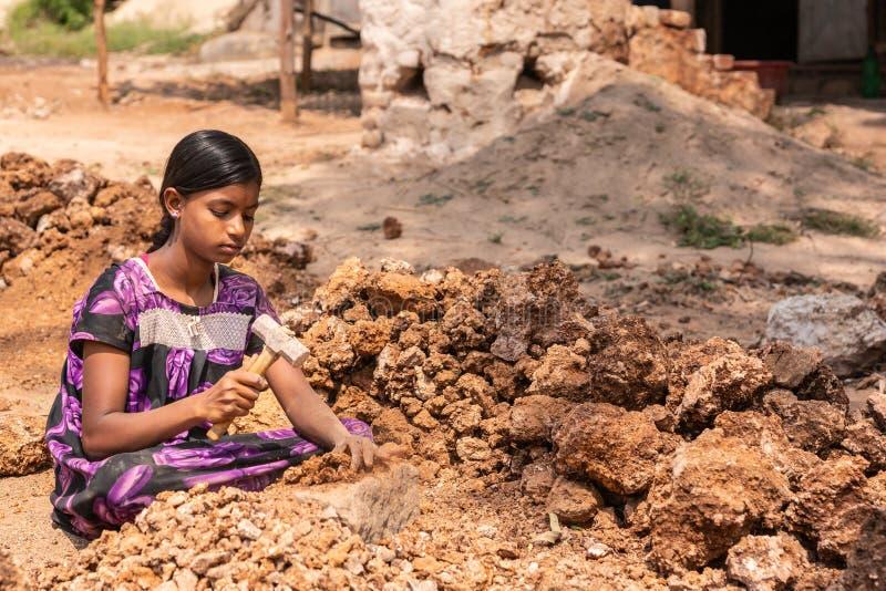 Junges Mädchen zerquetscht limeston in Hunsur, Karnataka, Indien lizenzfreie stockfotos