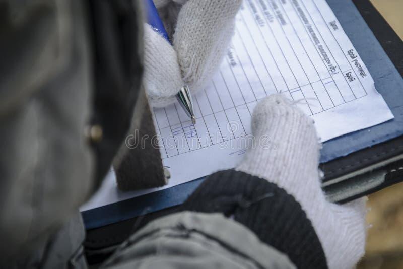 Junges Mädchen zwei, das Kenntnis in einem Notizbuch für ein Umweltprojekt nimmt stockfoto