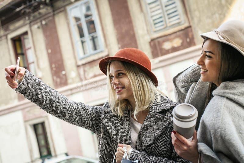 Junges Mädchen zwei Weibliche beste Freunde, die Selbstbild mit nehmen stockfoto