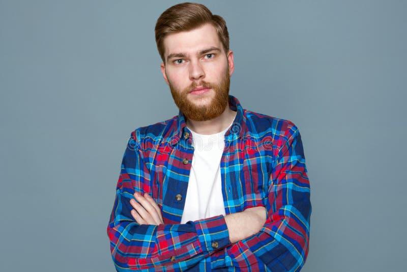 Junges männliches Modell in einem karierten Hemd stockfotos
