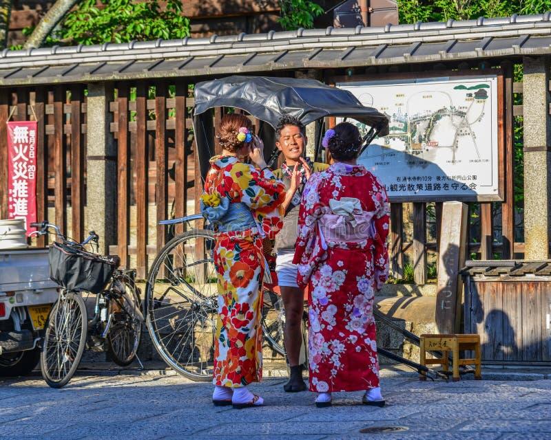 Junges M?dchen, das japanischen Kimono tr?gt lizenzfreies stockbild