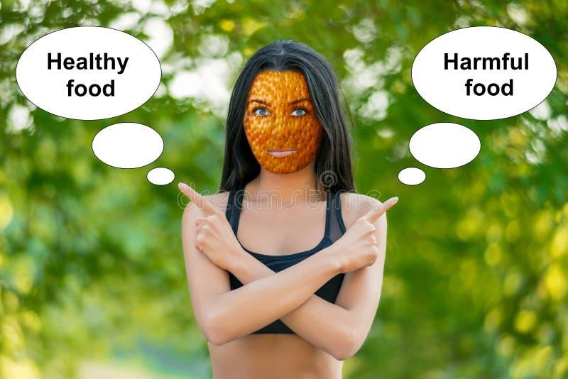 Junges M?dchen mit Haut der orange Schale, schlechtes Hautzeichen, zeigt die W?rter lizenzfreies stockfoto