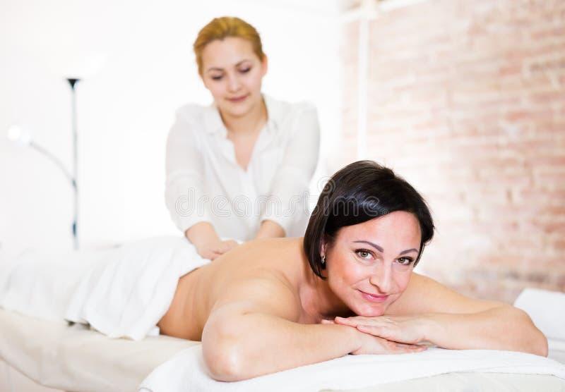 Download Junges Massagist, Das Hinteren Bereich Der Frau Massiert Stockbild - Bild von kneten, hände: 90235193