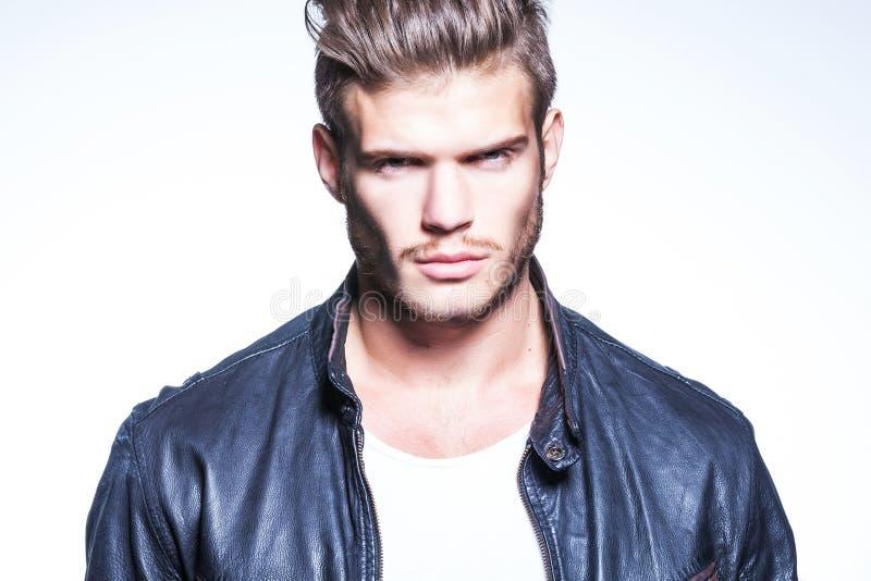 Junges Mode-Modell in der Lederjacke stockfoto