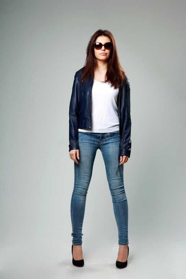 Junges Modell in der Lederjacke und in der Sonnenbrille lizenzfreie stockfotografie