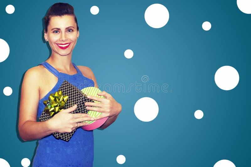 Junges modernes Mädchen in der stilvollen Kleidung mit Geschenkboxen am Feiertag Glückliche Frau mit Geschenken Kaufüberraschunge lizenzfreie stockfotografie