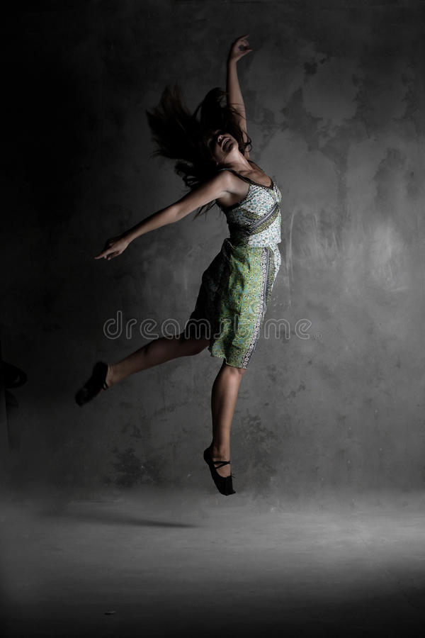 Junges modernes Tanzenmädchen im bunten Kleid lizenzfreie stockfotos