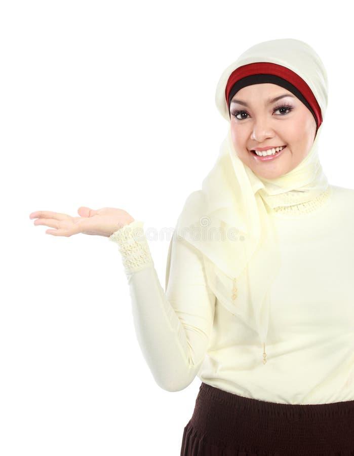 Junges moslemisches Frauendarstellen lizenzfreies stockfoto
