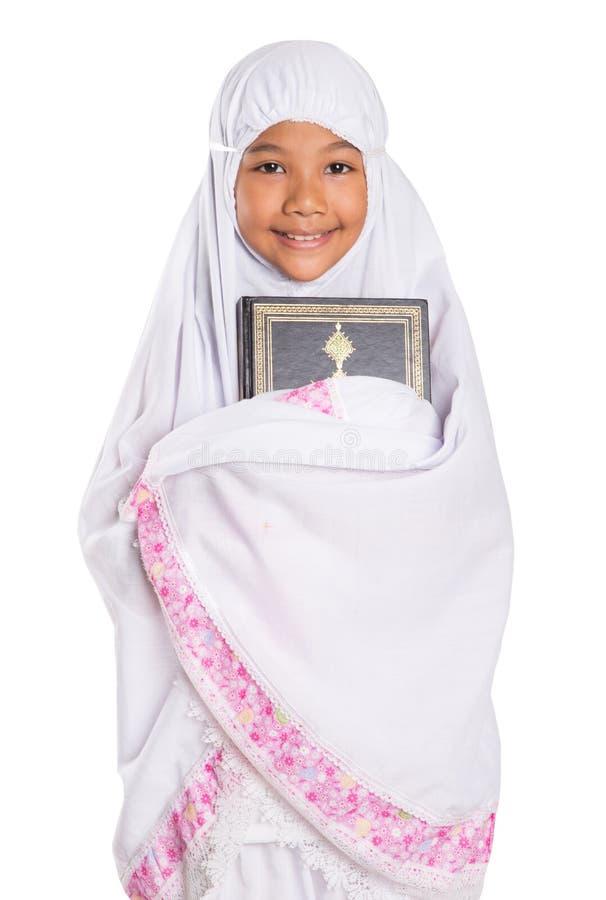 Junges moslemisches Mädchen, das Al Quran hält stockbilder