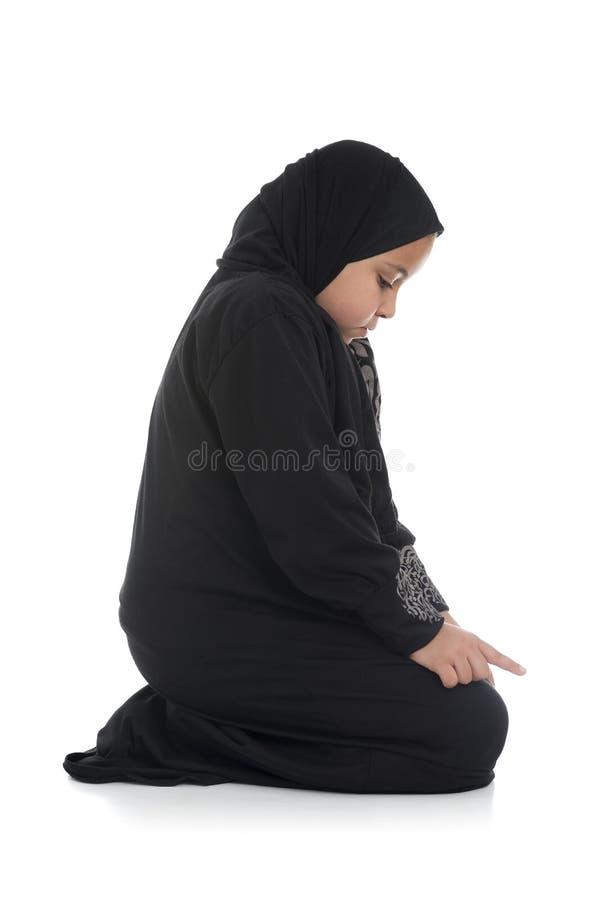 Junges moslemisches Mädchen, das Sideview betet lizenzfreies stockfoto