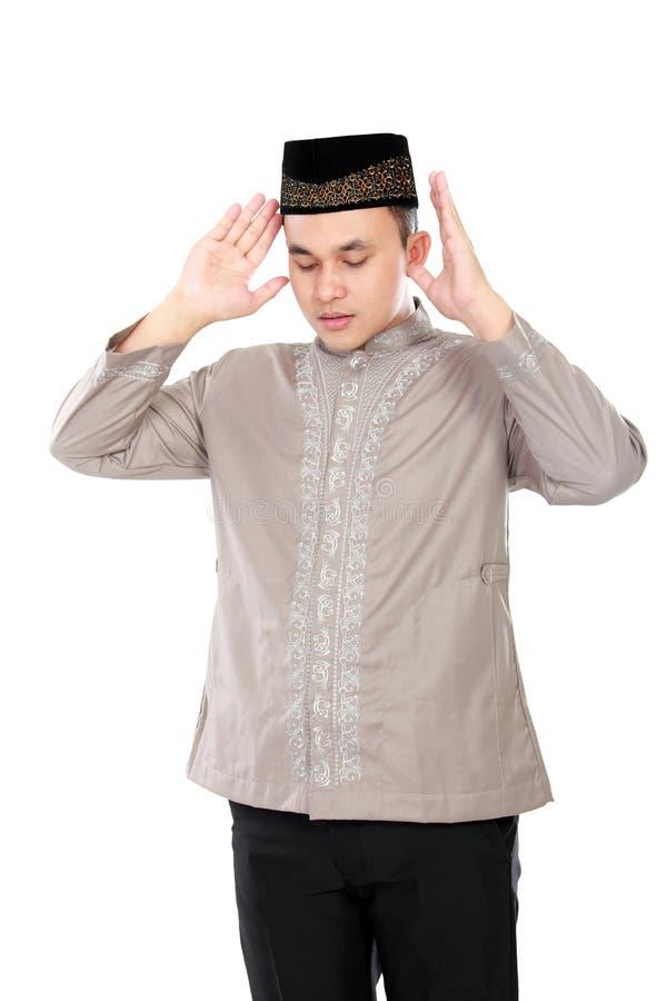 Junges moslemisches Mannfokusbeten stockbild
