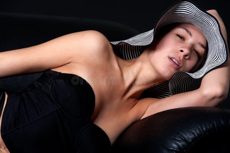 Junges mult etnic Frau im Fünfzigerjahre lingery auf Couch lizenzfreies stockfoto