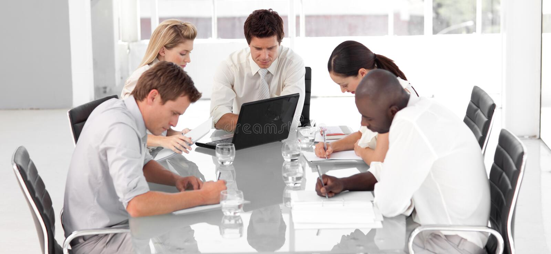 Download Junges Multi Culutre Geschäfts-Team Stockfoto - Bild von korporativ, computer: 9084266