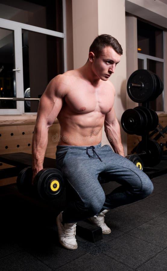 Junges muskulöses männliches Gefühl bestimmt stockbild