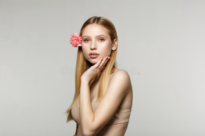 Junges nachdenkliches blondes Mädchen mit den schönen Augen, natürlich bilden lizenzfreie stockfotografie