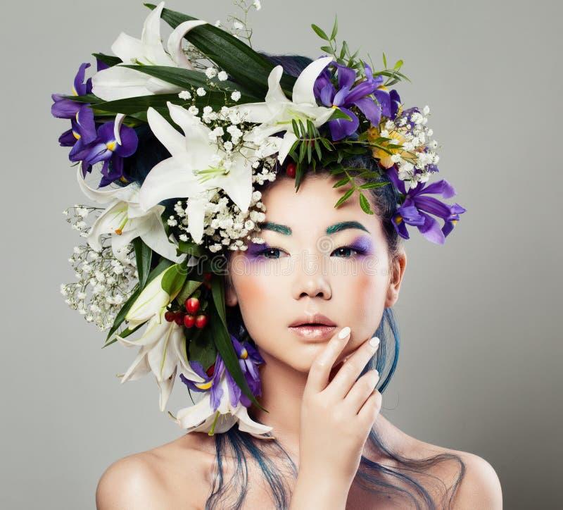 Junges nettes asiatisches vorbildliches Woman mit Blüten-Blumen-Frisur stockfoto