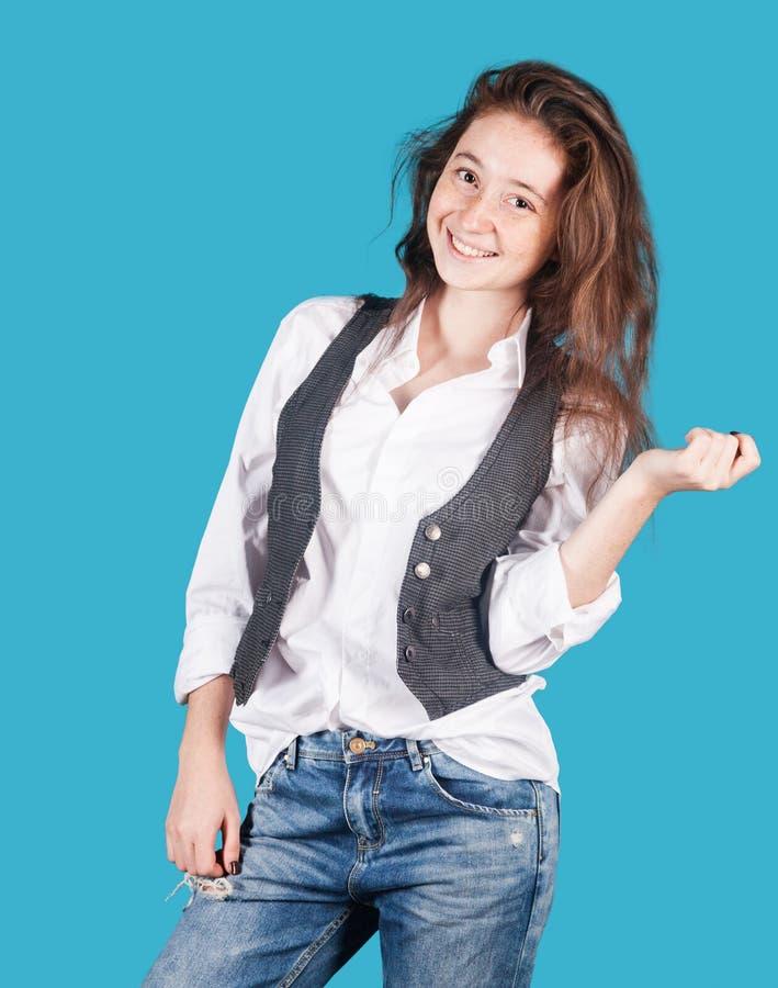 Junges nettes Mädchen auf einem blauen Hintergrund, lizenzfreie stockfotografie