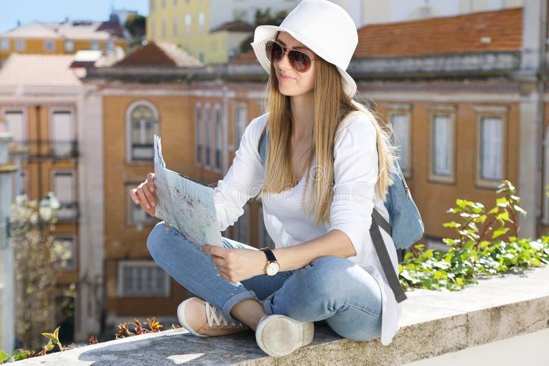 Junges nettes Mädchen mit einer touristischen Karte lizenzfreie stockfotos