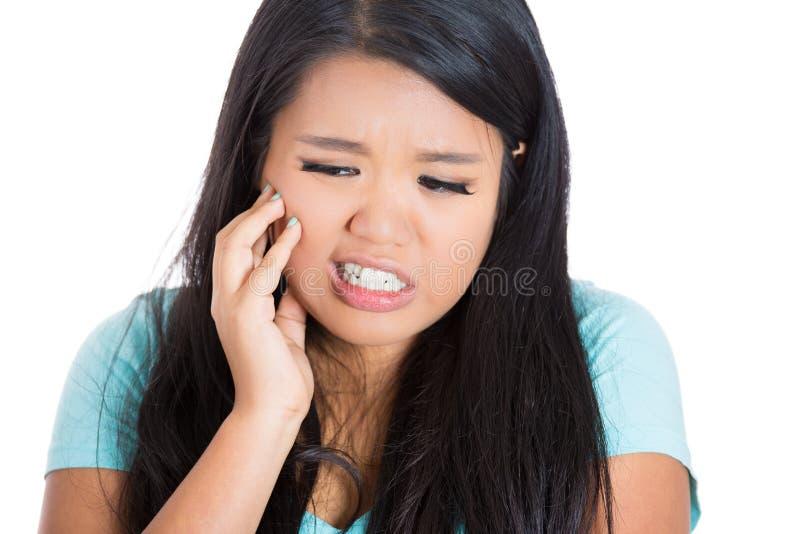 Junges nettes Mädchen mit Zahnschmerz lizenzfreie stockfotografie