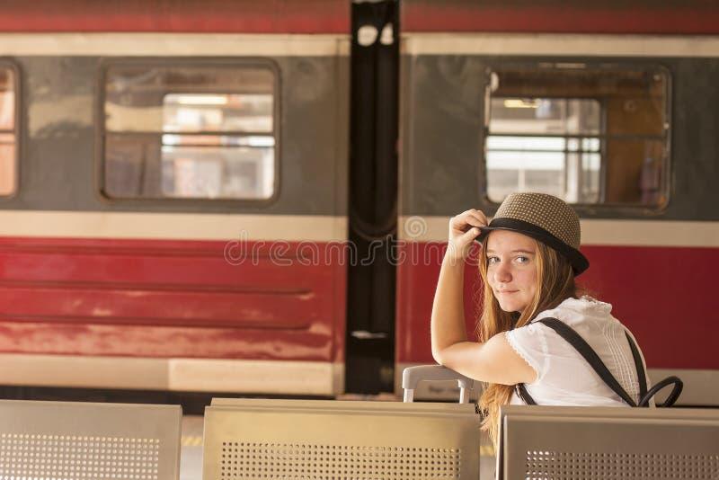 Junges nettes Mädchen wartet Zug auf der Plattform Reise stockfotos