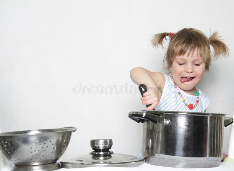 Junges nettes Mädchenkochen stockfotos