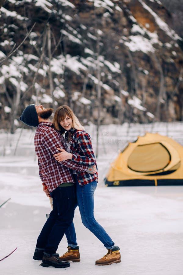 Junges Paar hat Spaß gegen Hintergrund des Zeltes und der Felsen stockfoto