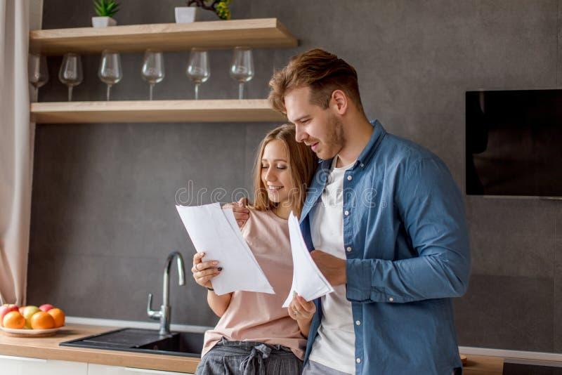 Junges Paar ist glücklich, da sie beendet haben, um für ein Darlehen zu zahlen lizenzfreie stockfotografie