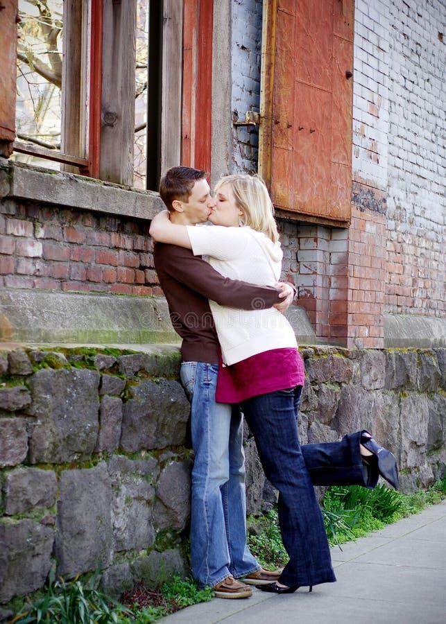 Junges Paar-Küssen stockfotos