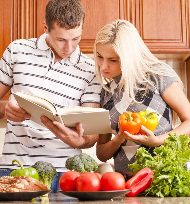 Junges Paar-Kochen stockbild