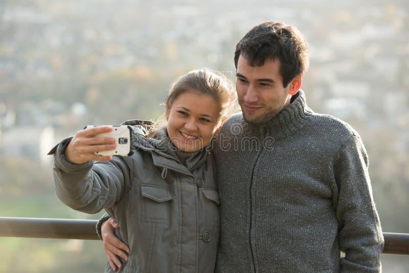 Junges Paar macht selfie stockfoto