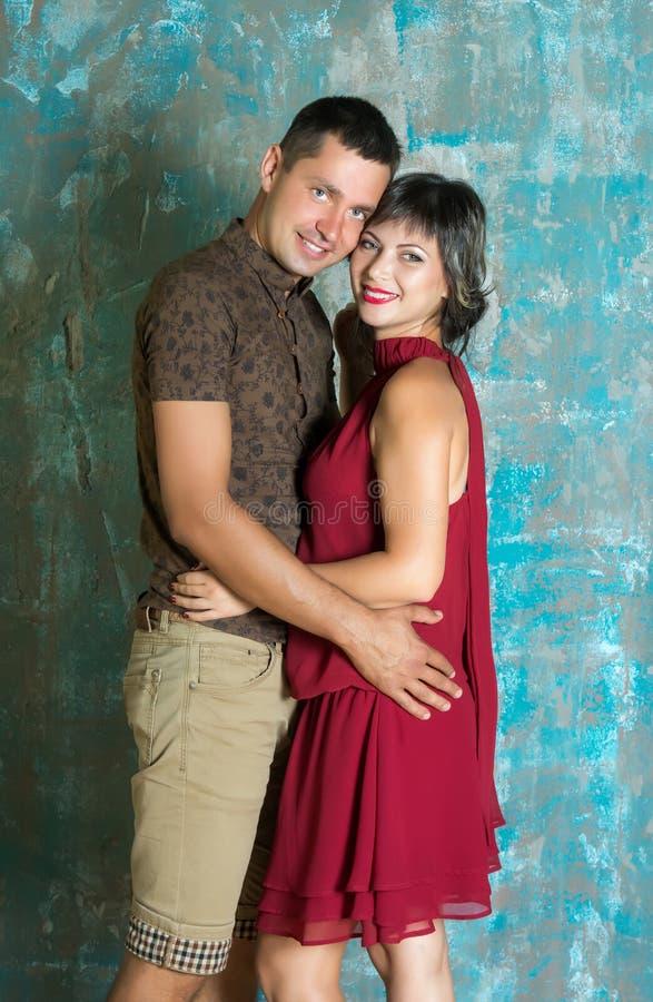Junge Paare In Der Liebe Im Freien Stockbild - Bild von