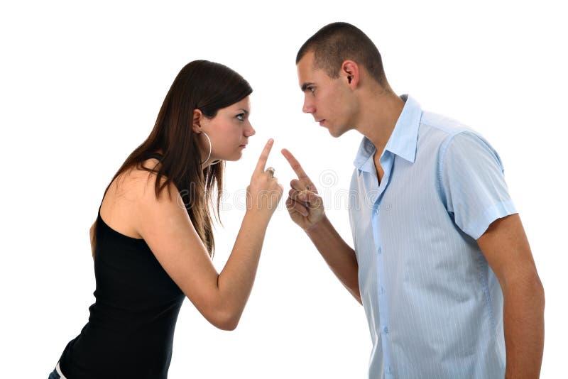 Junges Paar zeigt Finger auf einander trennte lizenzfreie stockbilder