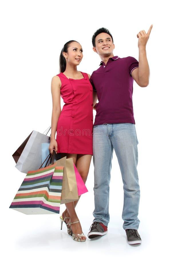 Junges Paareinkaufen lizenzfreie stockfotos