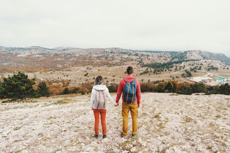 Junges Paargehen des Reisenden im Freien lizenzfreie stockbilder