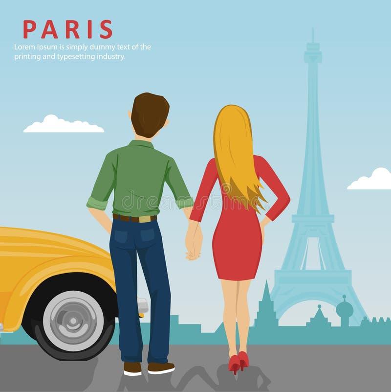 Junges Paarhändchenhalten, das nahe bei dem gelben Auto betrachtet Eiffelturm in Paris steht lizenzfreie abbildung