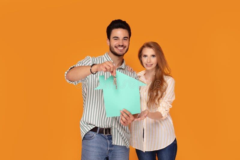Junges Paarkaufen zuerst nach Hause lizenzfreie stockfotografie