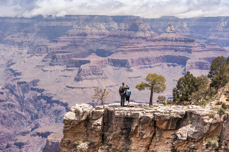 Junges Paarporträt Grand Canyon -Wanderers stockbild