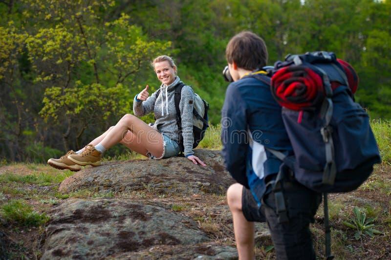 Junges Paarreisendstillstehen Ein Mannwanderer macht Foto stockfotos
