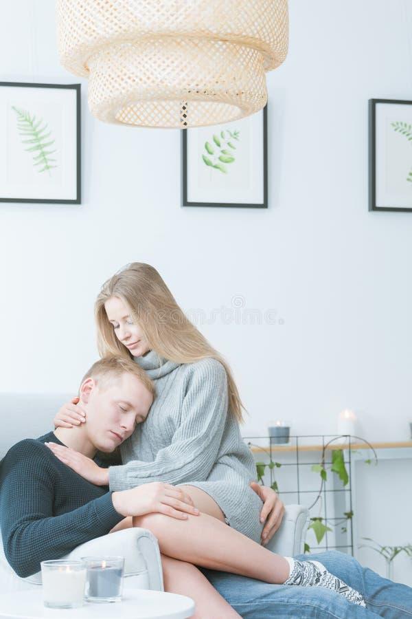 Junges Paarumarmen stockfotografie