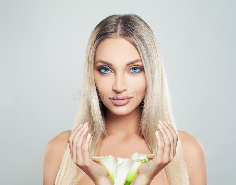 Junges perfektes weibliches vorbildliches Woman mit sauberer frischer Haut stockfotografie