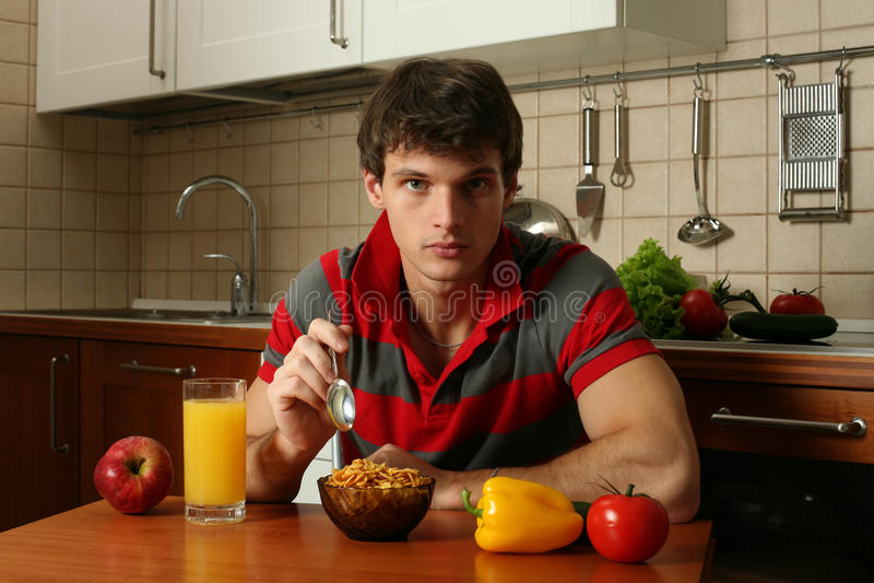 Junges reizvolles Fleisch fressendes sein Frühstück lizenzfreie stockfotografie