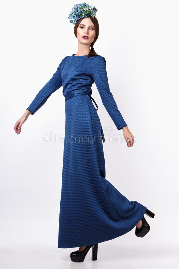 Junges reizvolles Mädchen Arbeiten Sie Porträt der jungen Schönheit im langen blauen Kleid um Weißer Hintergrund stockfotografie