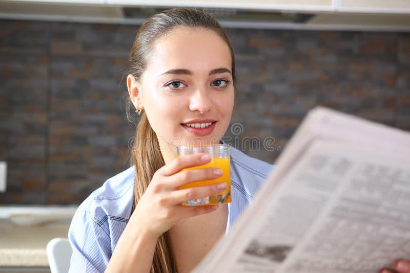 Junges schönes attraktives Mädchen in der Küche stockbild