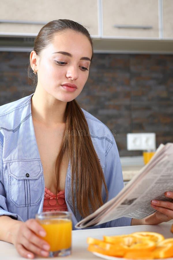 Junges schönes attraktives Mädchen in der Küche stockfotografie